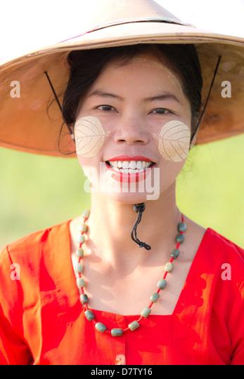 Porträt der Frau tragen traditionellen Kleidung, in der Nähe von Mandalay, Burma Stockbild