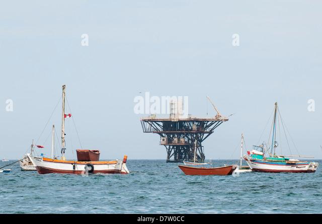 Angelboote/Fischerboote und Ölplattform vor Cabo Blanco, Peru, Südamerika Stockbild