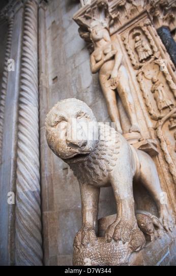 Löwen-Statue am Eingang zum UNESCO-Weltkulturerbe, St.-Laurentius-Kathedrale, Trogir, Dalmatien, Kroatien Stockbild