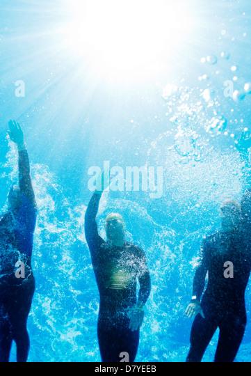 Triathleten in Neoprenanzüge unter Wasser Stockbild