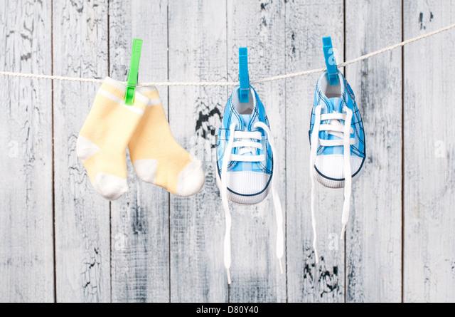 Baby-Kleidung auf der Wäscheleine hängen. Stockbild