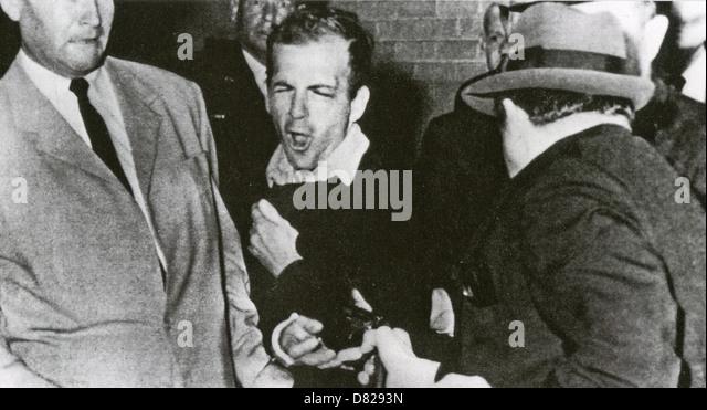 LEE HARVEY OSWALD (1939-1963) wird von Jack Ruby im Keller des Dallas Police HQ, 24. November 1963 erschossen. Stockbild