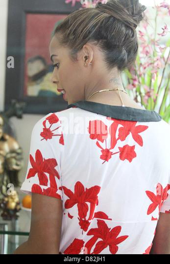 Rochelle Wiseman des Samstags Hals Tattoo Verkaufsoffener Bedford Drive in Beverly Hills, wo sie kurz auf ein paar Stockbild