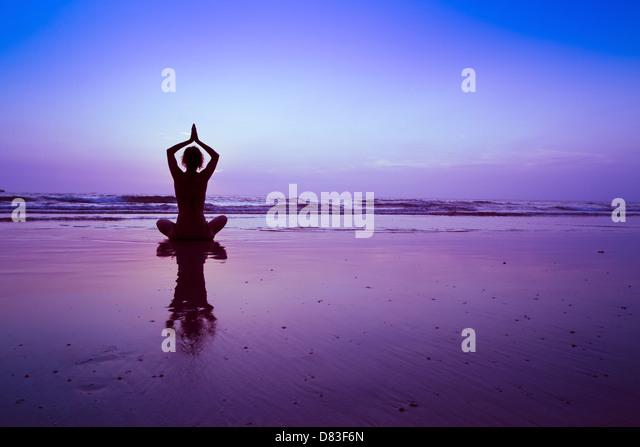 Yoga am Strand, meditation Stockbild