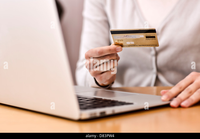 Weiblich, Einkaufen im Internet mit ihrem Laptop zu tun Stockbild