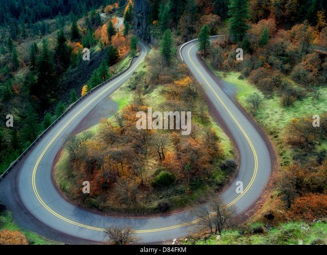 Kurvenreiche Straße mit Herbst Farben in der Columbia River Gorge National Scenic Area. Oregon Stockbild