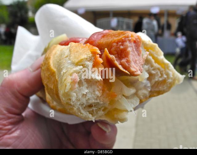 Ein Hot Dog Hot Dog Fastfood Junk-Lebensmittel ungesund essen Hand des Fotografen - kein MODEL RELEASE erforderlich Stockbild