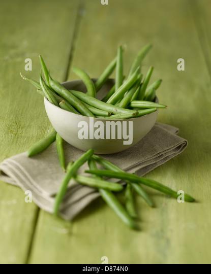 Schüssel von grünen Bohnen auf Holztisch, Nahaufnahme Stockbild