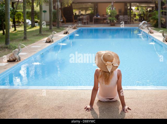 Frau im Luxus-Spa-Resort in der Nähe des Swimmingpools Stockbild