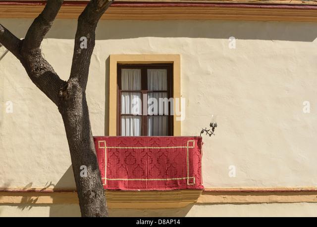 Balkon des alten Hauses dekoriert in rot Material für die Karwoche Semana Santa Prozessionen Jerez De La Frontera Stockbild
