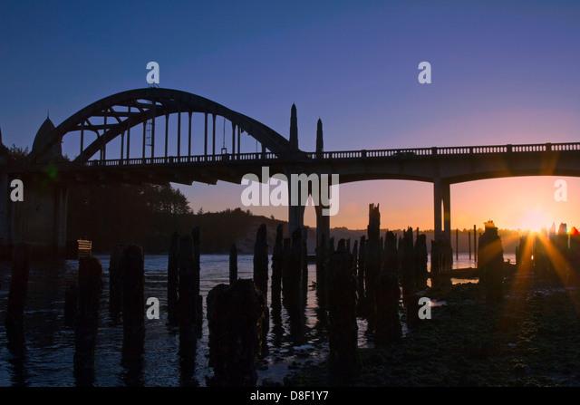 Silhouette der historischen Küstenstadt Brücke bei Sonnenuntergang in Florenz Oregon USA Stockbild