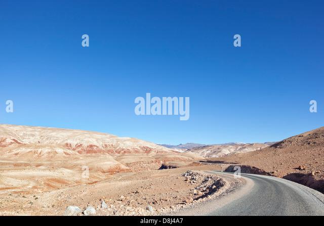 Hohen Atlas-Gebirge gegen klaren blauen Himmel. Stockbild