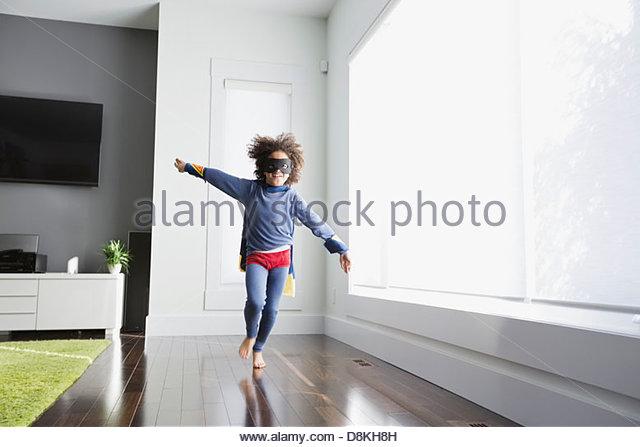 Junge, die vorgibt, Superheld zu Hause sein Stockbild