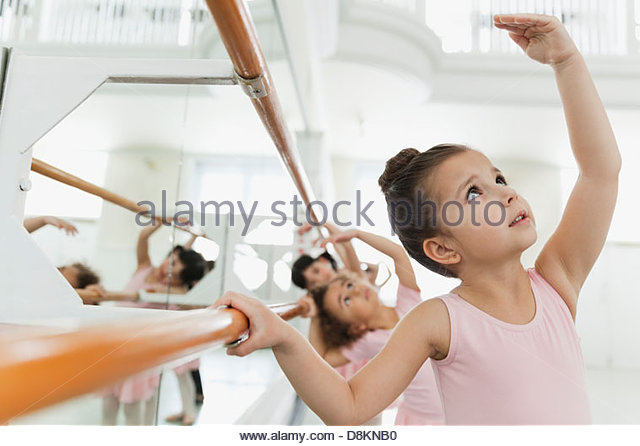 Kinder üben Ballett Posen im Ballettstudio Stockbild