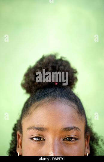 Verkürzte Sicht ziemlich glücklich jungen afrikanischen Mädchens Blick in die Kamera und lächelnd Stockbild