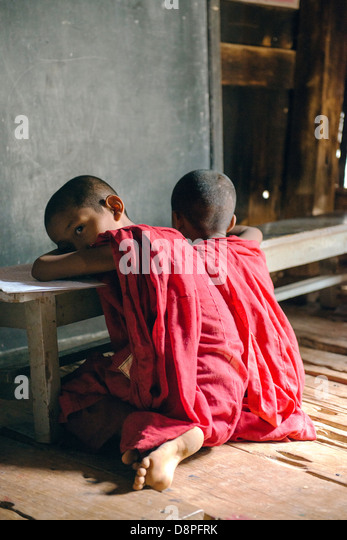 Novizen im Kloster in der Nähe von Mandalay Myanmar Birma studieren Stockbild