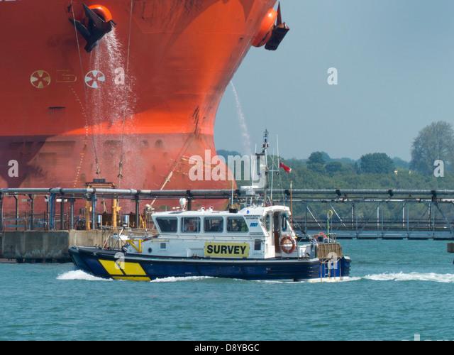 Southampton Docks Umfrage Schiff in Fawley Raffinerie Steg Stockbild