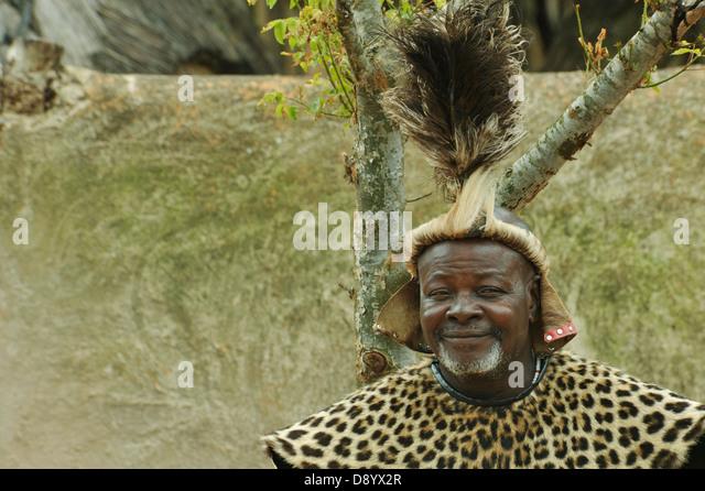 Head Kleid von Zulu Häuptling Shakaland Thema Dorf KwaZulu-Natal South Africa lächelnde Gesicht des Mannes Stockbild