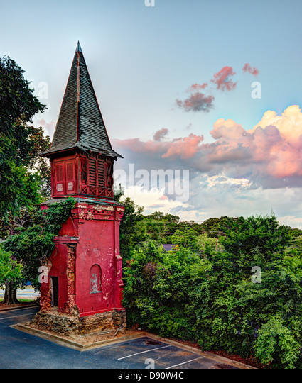 Eine alte Kirchturm verlassen und nun auf einem Parkplatz. ein Symbol des Zerfalls. Stockbild