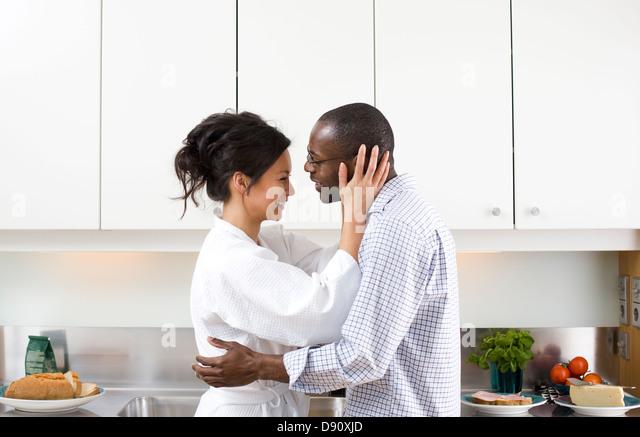 Paar in Küche morgens umarmen - Stock-Bilder