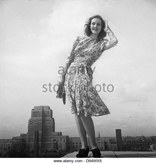 Strenge Kleidung - Mode Beschränkungen in Großbritannien während des Krieges 1943 D14820 Stockbild