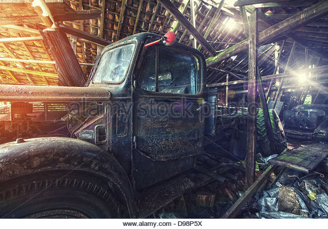 verlassenen LKW in Scheune Stockbild
