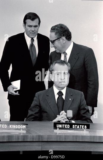 Von links nach rechts: US-Sonderberater Donald Rumsfeld, National Security Advisor Henry Kissinger und US Präsident Stockbild