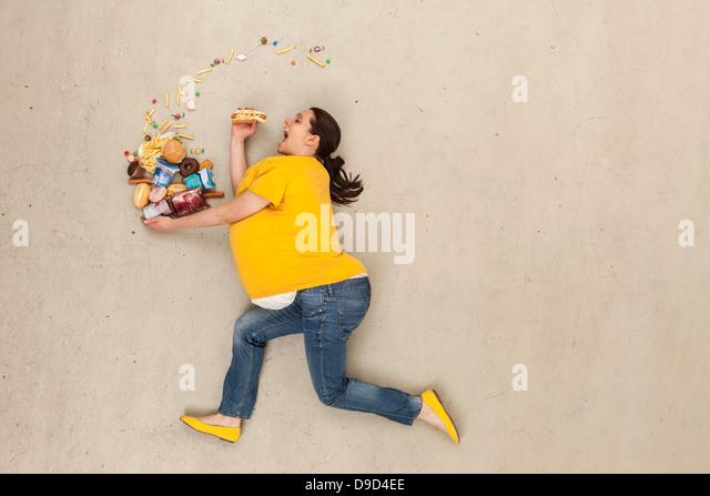 Frau Essen Beige Hintergrund Stockbild