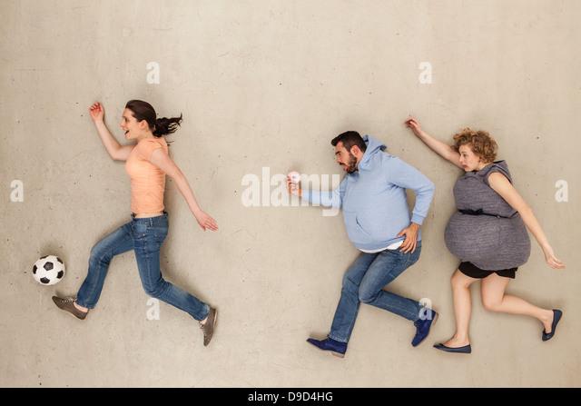 Frau und Mann läuft vor Beige Hintergrund Stockbild