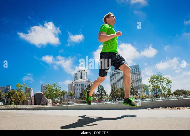 Junger Mann Joggen in Stadt Stockbild
