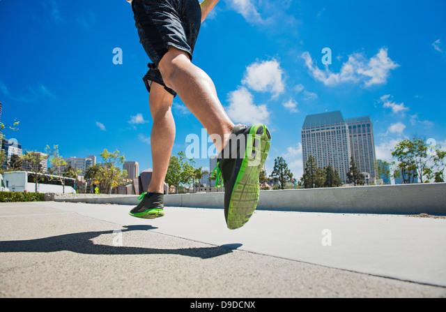 Junger Mann Joggen in der Stadt, niedrig, Abschnitt Stockbild