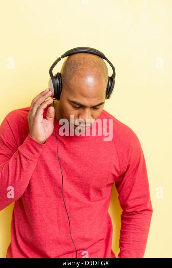 Porträt von Mitte erwachsenen männlichen Augen geschlossen mit Kopfhörer Stockbild