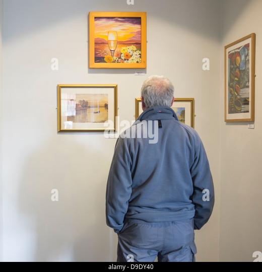 Rückansicht eines Mannes Kunstbetrachtung auf Show bei der Eröffnung einer Ausstellung von Amateur Bilder, Stockbild