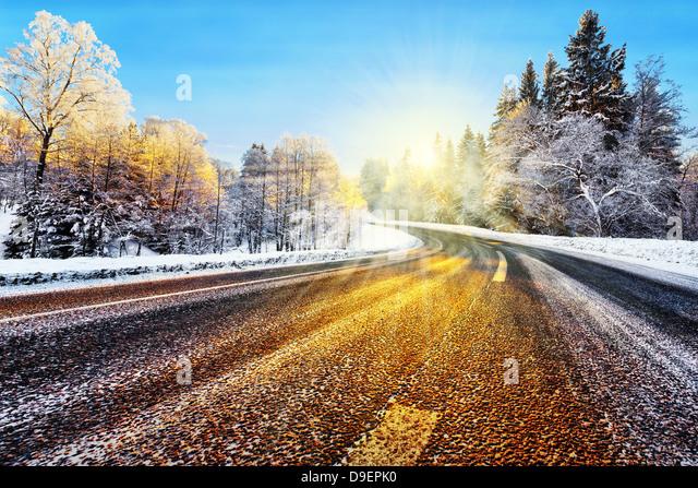 Winter-Straße im Winter mit Sonnenlicht reflektieren auf asphalt Stockbild