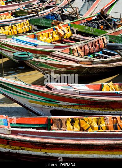 Traditionellen Fähren, die dem Irrawaddy-Fluss von Mawtin Anlegestelle Dalah Township, Yangon (Rangoon), Myanmar Stockbild