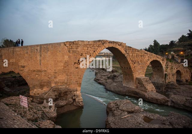 Die Dalai-Brücke aus der Zeit der Abbasiden in Zakho an der Grenze der Türkei, Kurdistan-Irak, Irak, Naher Stockbild