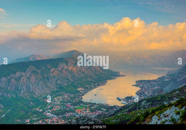 Kotor Stadt im Vordergrund, Bucht von Kotor, UNESCO World Heritage Site, Montenegro Stockbild