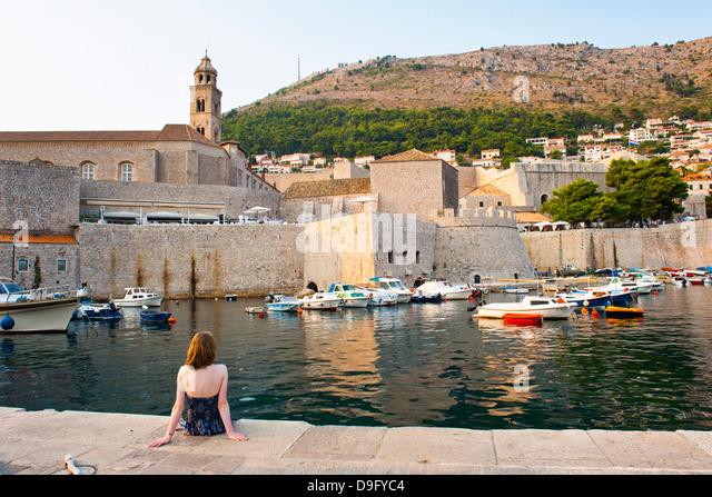 Touristischen bewundern Dominikanerkloster, Dubrovnik Altstadt, UNESCO-Weltkulturerbe, Dubrovnik, Dalmatien, Kroatien Stockbild