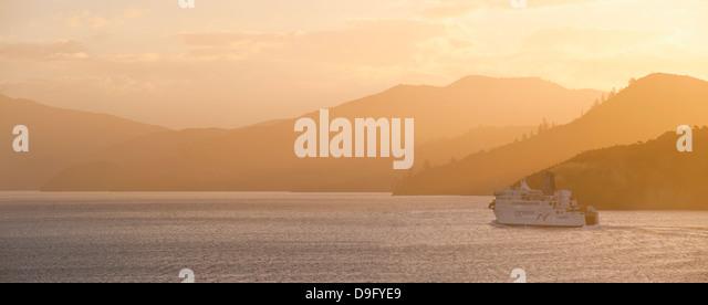 Queen Charlotte Sound bei Sonnenuntergang, die Interislander Fähre zwischen Picton, Südinsel und Wellington, Stockbild