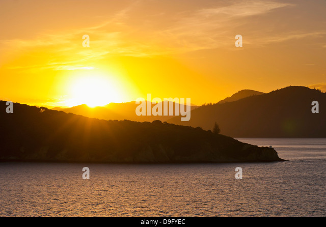 Queen Charlotte Sound bei Sonnenuntergang, Picton, Marlborough Region, Südinsel, Neuseeland Stockbild