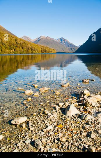 Reflexion der Berge im Lake Gunn, Fjordland National Park, UNESCO-Weltkulturerbe, Südinsel, Neuseeland Stockbild