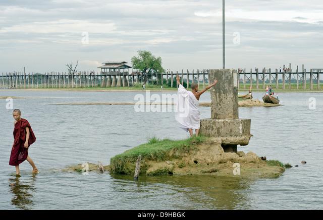 Junge Mönche, U-Bein Brücke, Amarapura, Birma Stockbild