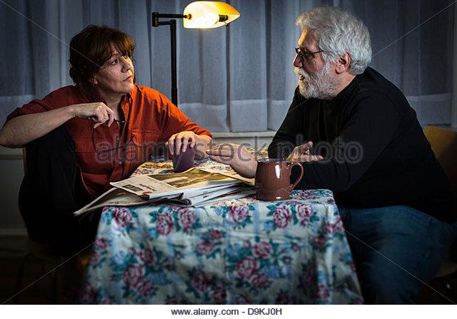 Mann und Frau im Gespräch Stockbild
