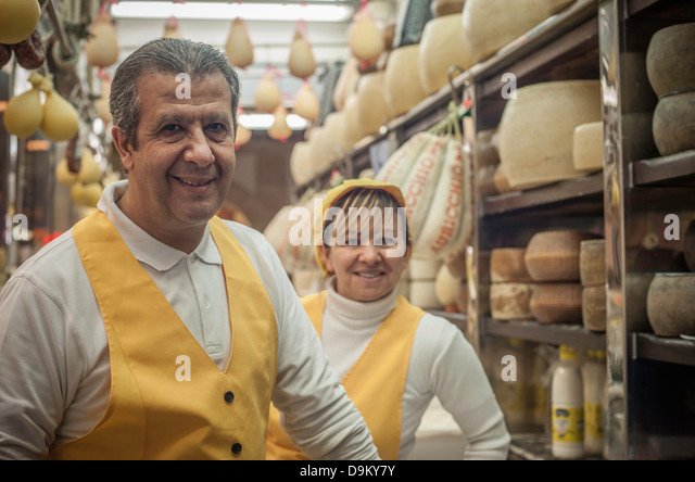 Mann und Frau im Käseladen Stockbild