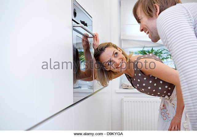 Paar in der Küche, Frau Eröffnung Ofen Stockbild