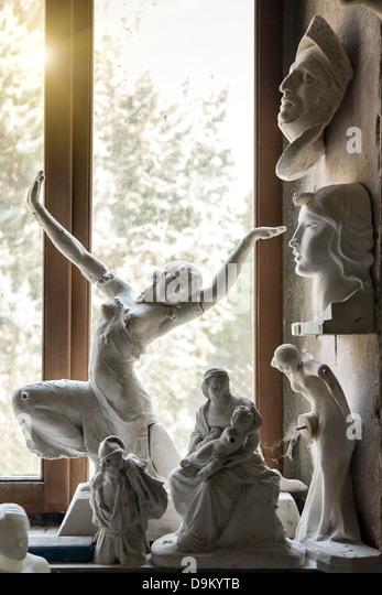 Sonneneinstrahlung durch Fenster auf Skulpturen im Atelier des Künstlers Stockbild