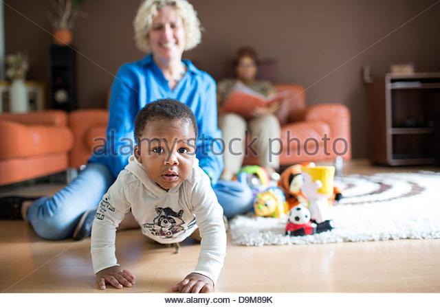 Frau spielt mit ihrem adoptierten Baby boy Stockbild