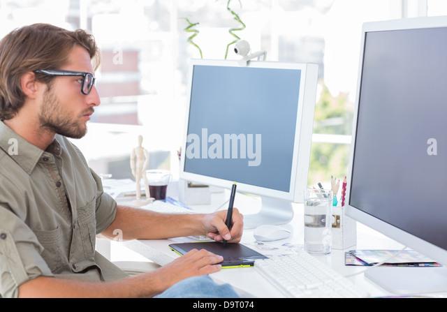 Grafiker mit Grafiktablett Stockbild