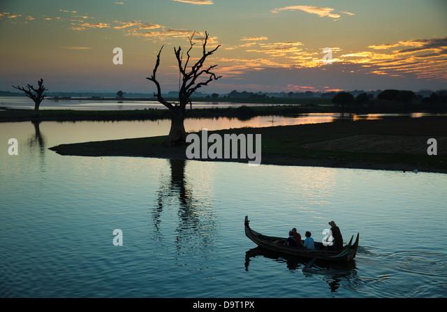 Ein Touristenboot auf Nr. Taungthaman See, Amarapura, Mandalay, Myanmar (Burma) Stockbild