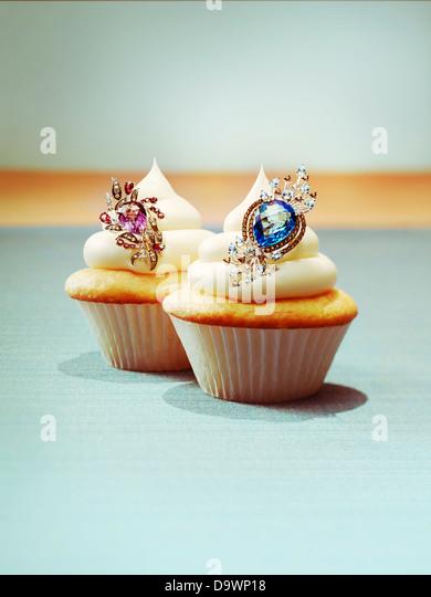 Cupcakes mit Schmuck Stockbild
